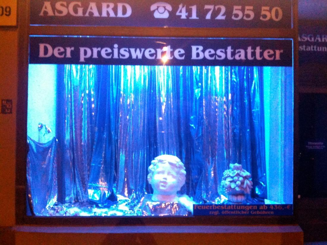 In lamettasilber und gipsweiß: Bestatter-Schaufenster in der Torstraße.