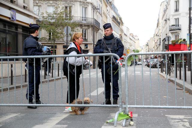 Staatsangestellte mit Schnellfeuergewehr: Pariser am Tag nach den Attentaten. // Foto: Maya-Anaïs Yataghène (CC BY 2.0)