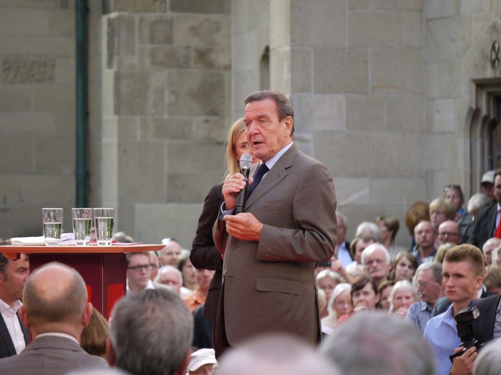 Hat den Arbeitsmarkt reformiert: Gerhard Schröder bei einer bei einer Wahlkampfveranstaltung in Detmold 2013 // Foto: Thorsten Krienke (CC BY-ND 2.0)