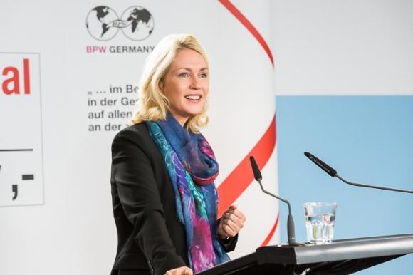 Manuela Schwesig will das Gender-Pay-Gap schließen. Es könnte beim Versuch bleiben. // Foto: BPW Germany (CC BY-ND 2.0)