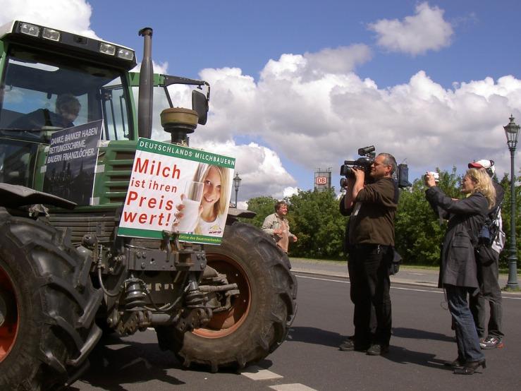Immer wenn die Preise sinken, - wie hier im Jahre 2009 - gehen die Milchbauern auf die Straße. In der Regel mit Erfolg aus ihrer Sicht. // Foto: Ralf Schulze, CC BY 2.0, https://www.flickr.com/photos/rs-foto/3712716099/