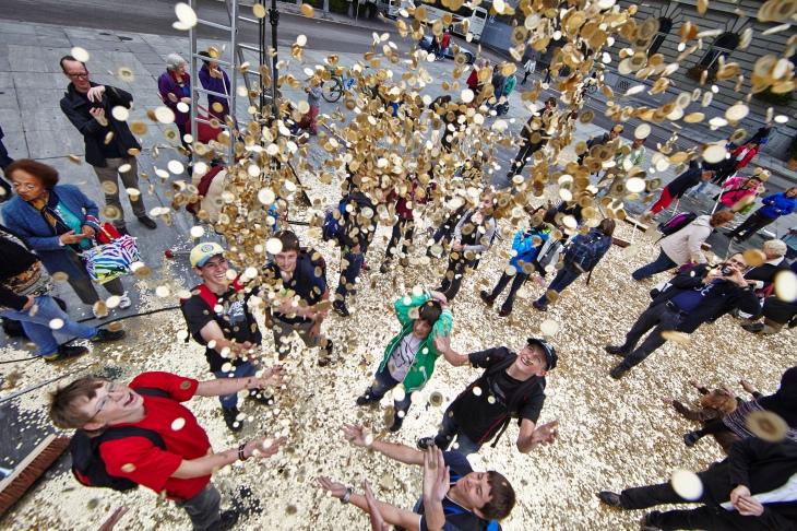 """Geld für Alle: Eine Aktion der """"Eidgenössischen Volksinitiative für ein bedingungsloses Grundeinkommen"""" in Bern. Foto: Hansjörg Walter (CC BY-NC 2.0)"""